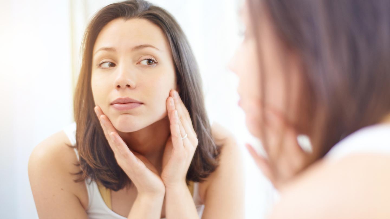Junge Menschen sind durch Pickel auf der Haut schnell verunsichert.
