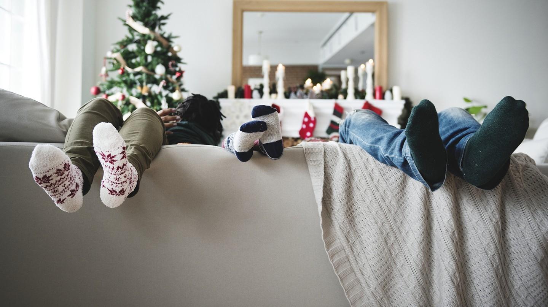 Kein Stress an Weihnachten: Beine baumeln entspannt über der Sofalehne.